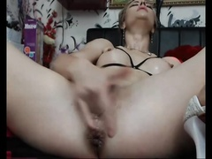 Зрелая мастурбирует