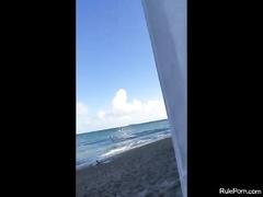 Втихаря на пляже занимаются сексом