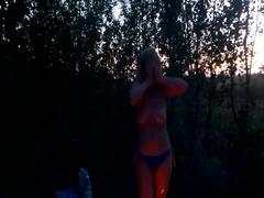 Пьяная любовница танцует возле костра стриптиз