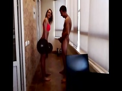 Фитнес красотка красиво ублажает бойфренда в домашнем спортзале
