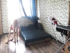 Голая дома делает уборку и снимает видео