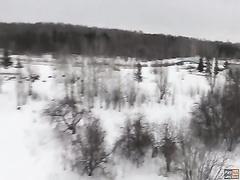 Зимой на холоде сосёт член парню в парке