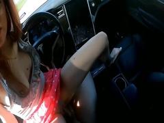 Парень отлично справляется на трассе с авто в то время как на его члене елозит подружка - Русское порно->