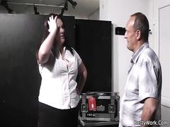 Начальник любит трахать  жирную задницу секретутки