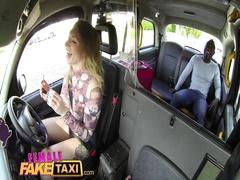 Девушка таксистка решила завести негра на полянку, чтобы смачно попердолиться