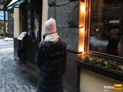 За еду в ресторане русская блядь согласилась отсосать в туалете